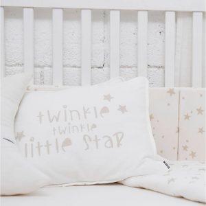 ציפית לכרית תינוק – מיננה – כיתובים שמנת